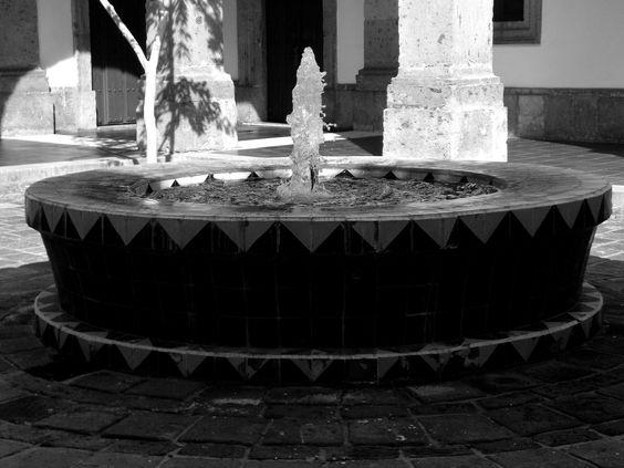 Fotografía: Punto dominante: la fuente subdominante: el agua subordinado: el pilar de atrás