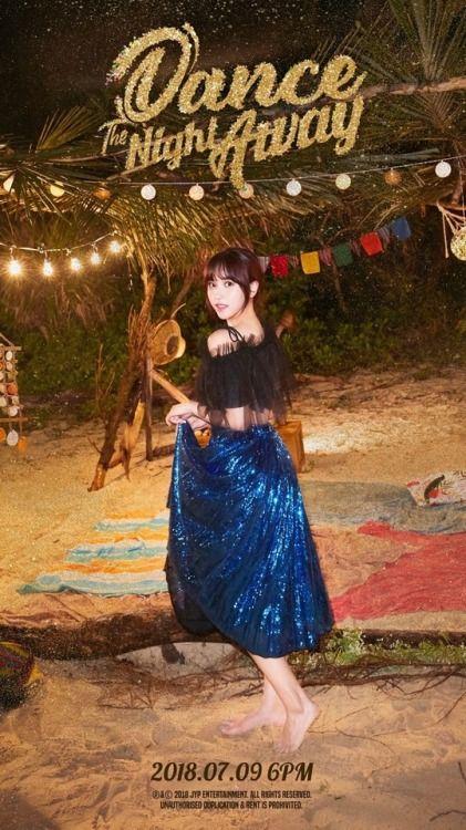 TWICEのメンバー・ミナのブルー系スカート