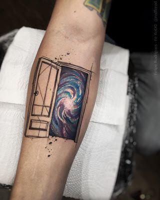 Esta puerta que da a lo desconocido. | 20 Hermosos tatuajes para todos los amantes del espacio: