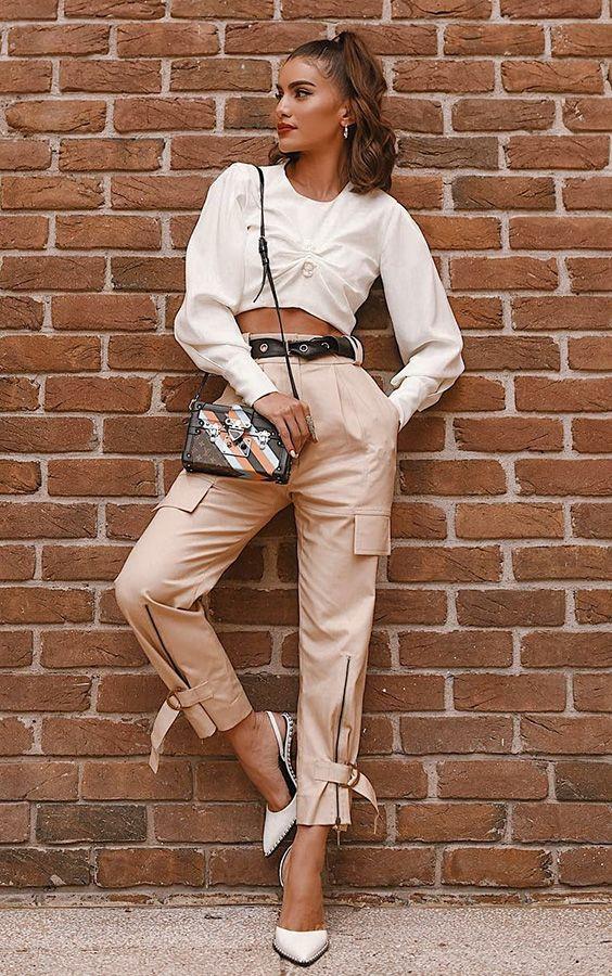A misturinha de estilos que eleva o viusal - #GuitaModa. Camisa coelho, camisa branca com manga bufante, calça cargo bege, sapato branco de bico fino