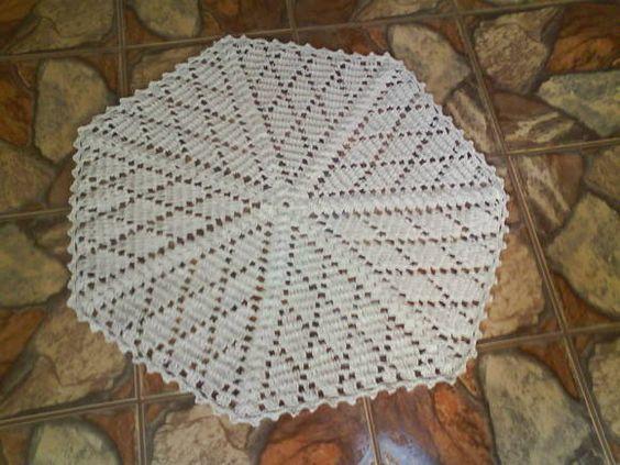 Feito manualmente em croche, utilizando-se barbante de algodão fio 12 de alta qualidade, o que lhe confere uma maior durabilidade e beleza. Pode ser confeccionado em outras medidas. Este possui 98 cm de diâmetro