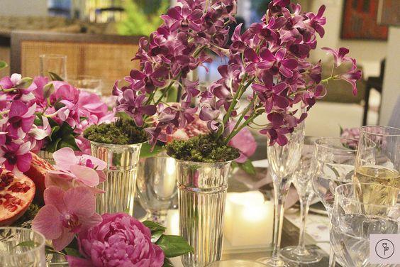 Uma mesa montada com a cor radiant orchid para inspirar que quer renovar as energias com um jantar caprichado e vibrante em boa companhia!