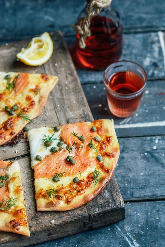 Smoked salmon pizza with dill & capers
