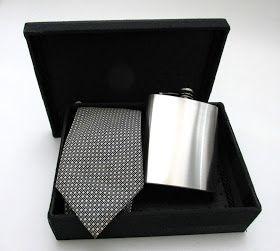 Divina Caixa: Presente para Padrinhos de Casamento - caixa com gravata + uisqueira