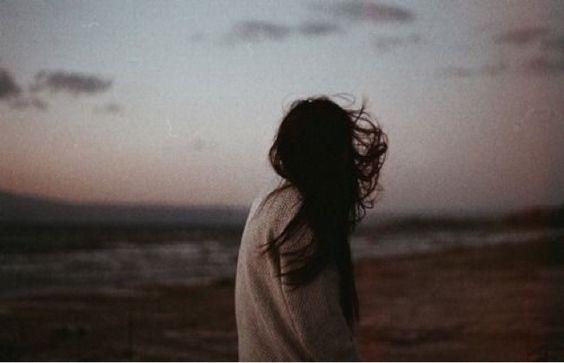 resta te stessa. resta ribelle. arriverà qualcuno a cui piacerai così come sei. così testarda. così lunatica. così impacciata col mondo. ma te stessa, fino alla fine.