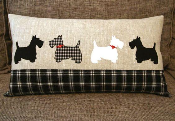 Scottish Terrier de almohada 30 x 55 cm. lino apliques almohada. Almohadilla del perro del Scottie. Tartán blanco y negro. Botones de corazones rojos.