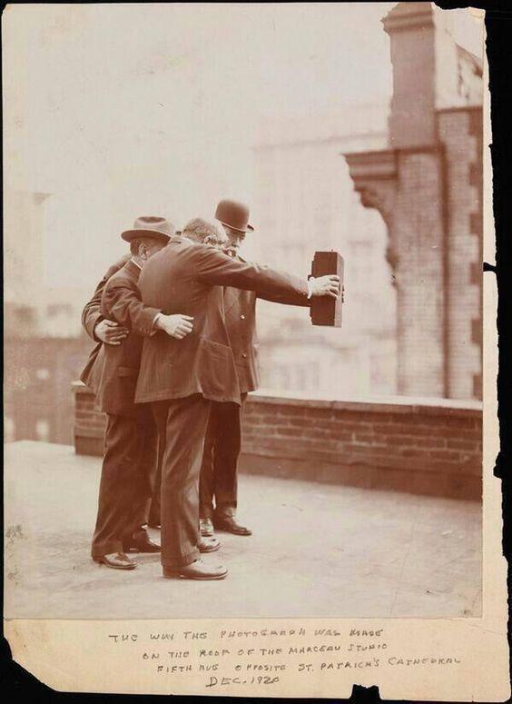 #CartePostalesAnciennes sur #Geneanet bit.ly/1pcWHkq L'un des premiers #selfie datant sûrement de 1920 !