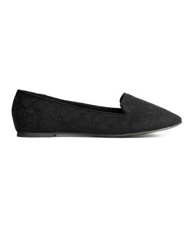 Ballet pumps in lace with a canvas lining and rubber soles.