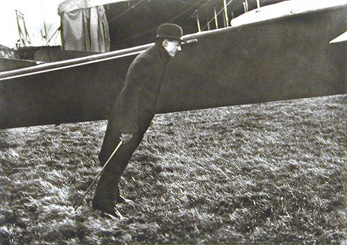 Jacques Henri Lartigue - Zissou dans le vent de l'hélice de l'aéroplane Esnault-Pelterie,1911