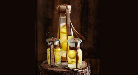 Liqueur de citron au sucre candi à offrirA offrir à vos invités, un cocktail de saveursacidulées aux reflets ensoleillés dans des mignonettes.