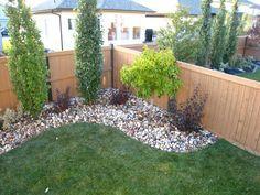 Vestir a la esquina de su patio con pequeños árboles / arbustos.