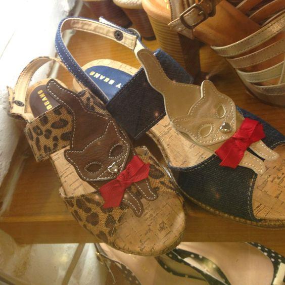 Zapatos con diseño de gatos.