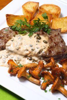 La sauce au poivre est délicieuse pour enchanter vos plats ! Elle peut apporter une petite touche d'élégance aux tournedos. Souvent servit dans les bistrots chics, vous aussi vous pouvez la faire vous même ! Voici la recette de grand-mère pour une sauce au poivre rapide.