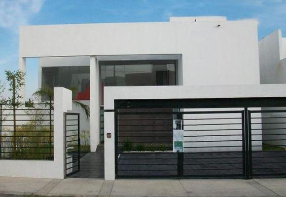 Fachada de casa moderna de dos niveles con garaje descubierto