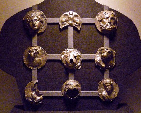 PHALEREO ORNAMENTO DE ORIGEN GRIEGO UTILIZADOS EN LA ARMADURA ROMANA HECHOS EN METAL SE PONIAN EN EL PETO