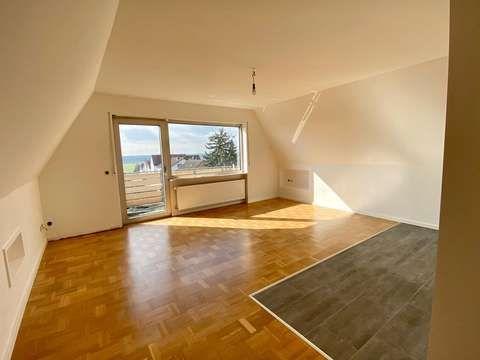 Schone Und Helle 2 Zimmer Dachgeschosswohnung Mit Balkon In Blickrichtung Frankfurter Skyline In 2020 Dachgeschosswohnung Wohnung Geschoss