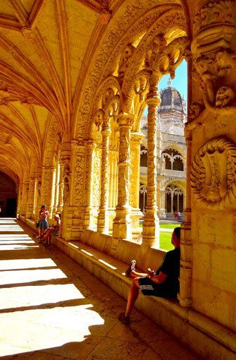 ... sonst wenig mit Kirchen und Klöstern am Hut hat, wird begeistert sein von den warmen Licht- und Schattenspielen auf den Bögen, Pfeiler und Säulen. Foto: Claudia Schuh
