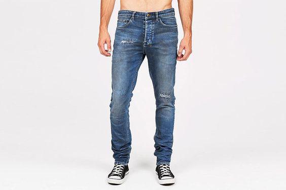 Мужские рваные джинсы  Мужские рваные джинсы, в которых ты будешь смотреться очень стильно и по-хулигански. Теперь ты можешь с чистой совестью лазить через заборы, драться хулиганами, падать на асфальт, убегать от с собаки и ползти пьяный из бара. Как сделать мужские рваные джинсы самому? #стильный #стильныйобраз #мужской https://mensby.com/style/stylist/7515-men-ripped-jeans