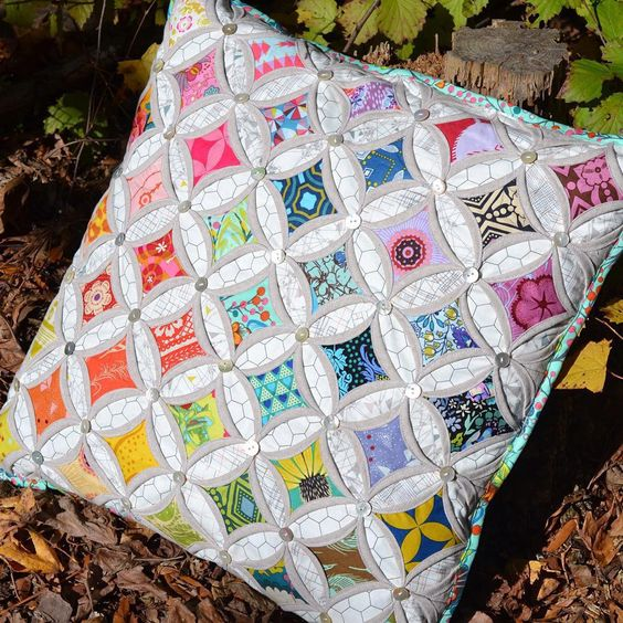 Gorgeous cathedral window pillow by @cutsewpresslove