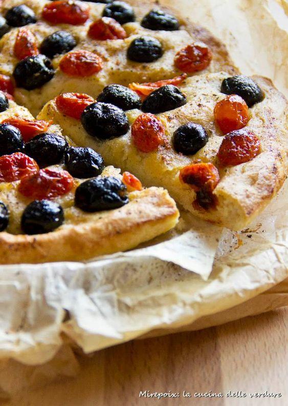 La focaccia mediterranea è una golosissima focaccia farcita con pomodorini, olive nere e origano ideale per aperitivi e merende.