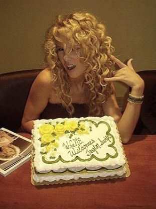taylor swift rare pictures | Taylor with a birthday cake - Rare Taylor Swift