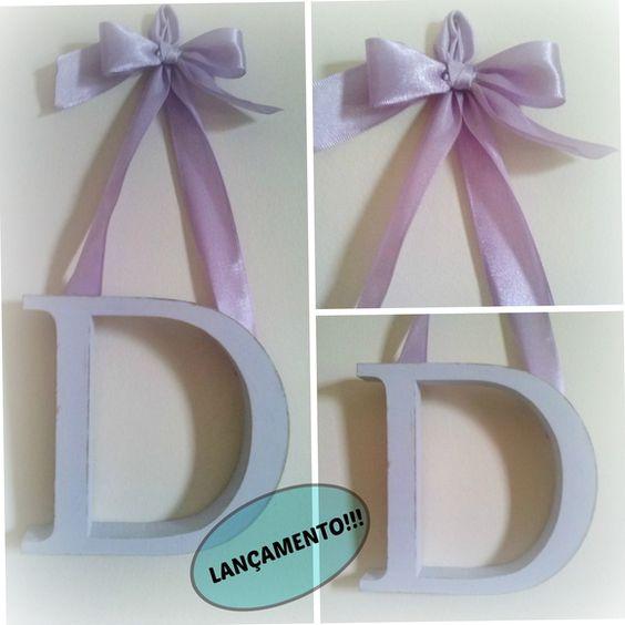 Letra em MDF no estilo provençal, pintada com fita de cetim para fixar e laço.  Altura da letra 12cm.  ***Verificar dimensões do produto, antes de efetuar a compra*** R$ 34,90