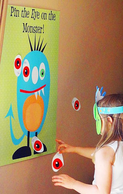 Ponerle el ojo al monstruo. Para una fiesta temática de mosntruos. Pin the eye on the monster party game with monster mask blindfold!
