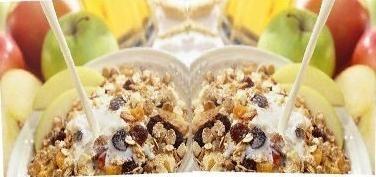 CREME DE AÇAI COM IOGURTE E GRANOLA :   500ml de Açai Mixers ® pronto para consumo  1 Pote de iogurte natural desnatado  4 colheres de sopa de granola  1 Banana