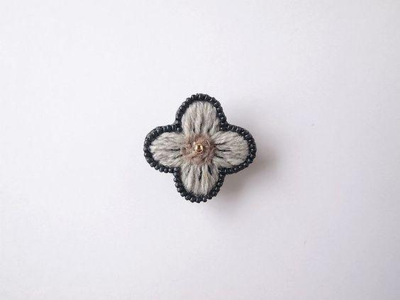 tiny no.3 【gray】 刺繍 ブローチの画像1枚目