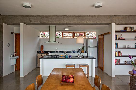 Quando chove e o terreno não pode ser usado, as refeições são feitas na sala de jantar integrada à cozinha.