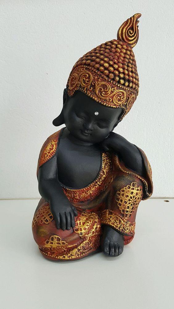Buda em gesso com detalhes em dourado e vermelho! Excelente opção de decoração Altura: 26cm