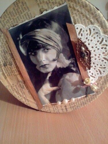 Shabby Keksdose mit Brosche.