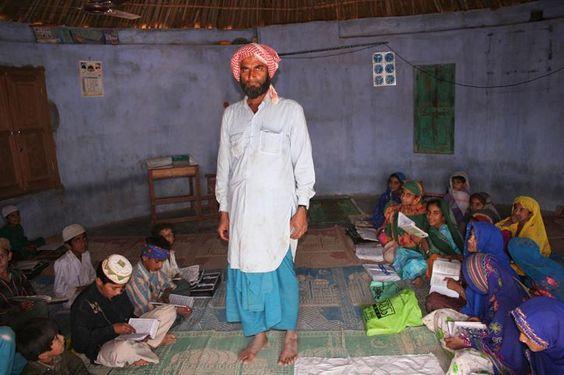 Jorge Reverter Gibert    Niñas y maestro en una escuela coránica dentro de una choza. Rann of Kutchh (Gujarat). https://www.facebook.com/photo.php?fbid=10153232616569624
