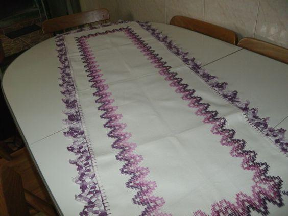 Trilho de mesa, bordado em vagonite e arrematado em croche inesmoreira60@hotmail.com