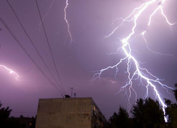 Дом загорелся от удара молнии в Ивьевском районе http://www.belnovosti.by/incidents/51637-300820161000.html
