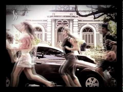 """A temporada de descontos no Shopping Vitória foi mostrada de uma forma diferente. Pessoas passavam correndo pelas ruas da cidade, atraindo novos corredores para se juntar a eles. Intitulada """"Maratona de descontos"""" a mensagem da promoção intimava os consumidores a se apressarem, para não perderem as ofertas."""