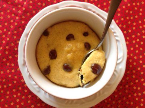 1 gema;  1 colher de sopa de manteiga, ghee ou óleo de coco derretidos;  1 colher de sopa de açúcar granulado ou açúcar demerara;  1 colher de sopa de açúcar mascavo;  1 colher de café de essência ou extrato de baunilha;  1 pitada de sal;  3 colheres de sopa de farinha de trigo ou sem glúten;  2 colheres de sopa de gotas ou pedacinhos de chocolate.