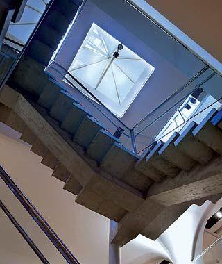 Saul Vilela & Arquitetos Associados Museu Inimá de Paula, Belo Horizonte Da cobertura - uma pirâmide envidraçada -, a luz externa penetra em todo o edifício
