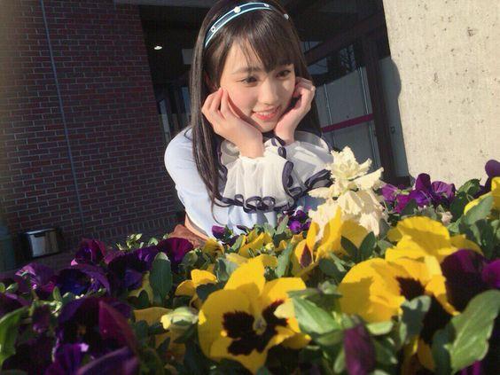 お花を見つめる矢吹奈子