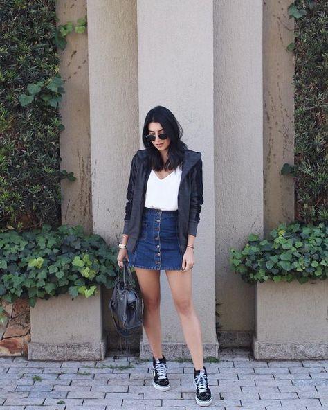 looks com tenis- saia jeans e vans preto. looks com tênis. como usar tenis no trabalho. look estiloso com tenis. look trabalho. look simples e fácil. dica de moda. dicas de estilo. como se vestir bem. como usar saia jeans. look com blazer. look outono.