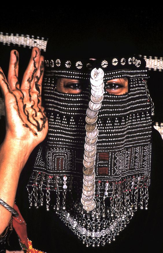 Saudi Bedouin mask with henna hands by J.Lewis. Beduíno árabe com hena nas mãos. < Note the elaborate bead embroidery reminiscent of assuit on her veil. Wow!
