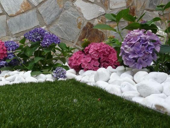 Una marco de piedras decorativas para la hierbaartificial for Bolsa de piedras decorativas
