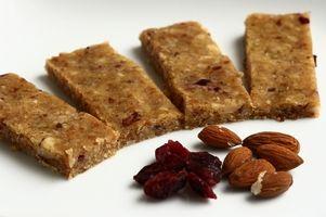 """Zutaten (für ca. 20 kleine vegane Proteinriegel):      80 g Quinoa (ungekocht)      50 g ganze Mandeln (ungeschält)      10 Datteln      4 EL Süßlupinenmehl (oder ein anderes """"Proteinpulver"""")      1 EL Erdnussmus (oder ein anderes Nussmus)      1 Handvoll Cranberries"""