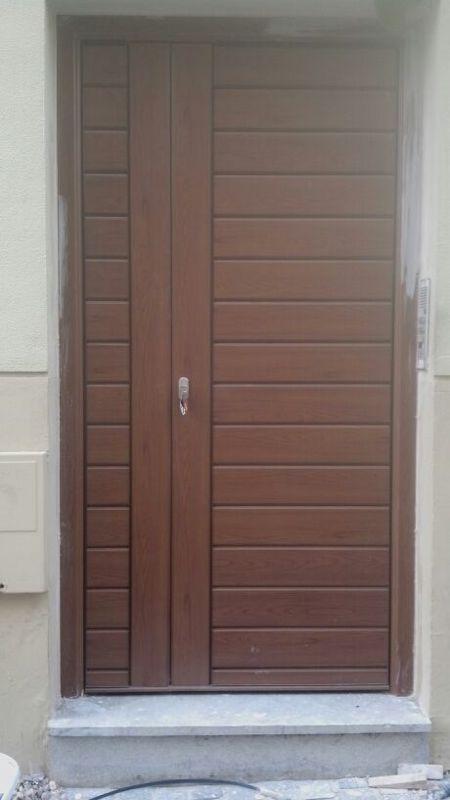 Puerta exterior de seguridad en aluminio lacado en color for Ancho puerta entrada casa