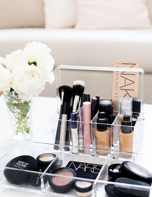 Dicas de como organizar a sua maquiagem: você é daquelas que têm muitas maquiagens e fica procurando a preferida na hora de se arrumar? Que tal algumas dicas para deixar o seus produtos queridinhos todos organizados?:
