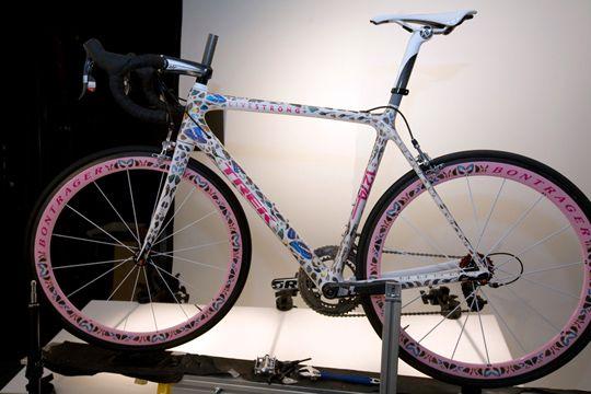 Butterfly de Lance Armstrong                                  La bicicleta más cara de todos los tiempos perteneció a Lance Armstrong en el Tour de Francia 2009. Fue diseñada por Damien Hirst. En un evento de caridad la bicicleta se vendió por 500 mil dólares.