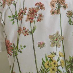 Bettwäsche aus 100% Baumwollsatin in der Farbe Weiß mit Blumenaufdruck. B/L: ca. 140/200cm und 70/90cm.