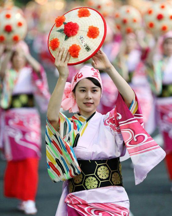 (窓)◎…本格的な夏の到来を告げる「山形花笠まつり」が5日、山形市で始まった。隊列を組んだ踊り手は県の花・紅花をあしらっ  :日本経済新聞