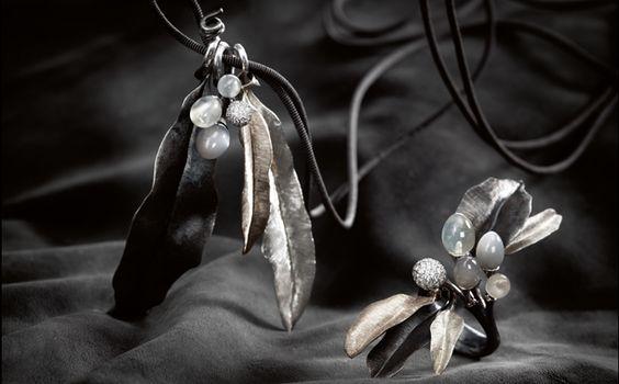 La princesse Mary arbore depuis deux ans une nouvelle tiare : il s'agit u diaème appelé Midnight Tiara !   Cette pièce unique a été conçue par la maison Lynggard, joallier de la cour danoise depuis 2008, en 2009 pour une exposition au palais d'Amalienborg sur els joyaux de la couronne danoise des plus anciens aux derniers crées...   Ce diadème se compose d'argent,d'or blanc, de diamants, mais surtout de pierres de lune taillées de façon à jouer avec les ombres afin de recréer l'ambiance du c