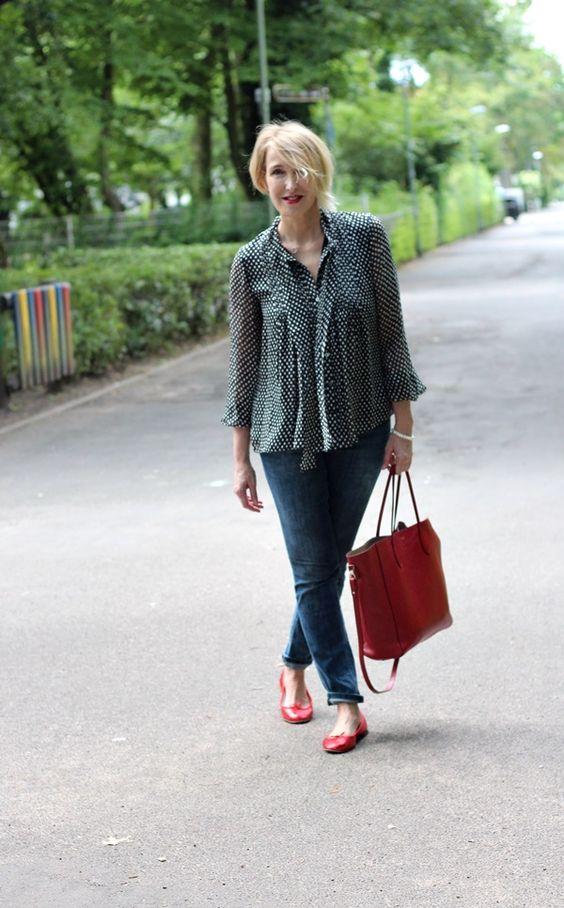 Schlupfenbluse, gepunktete Seidenbluse, Skinny-Jeans, rote Schuhe, rote…